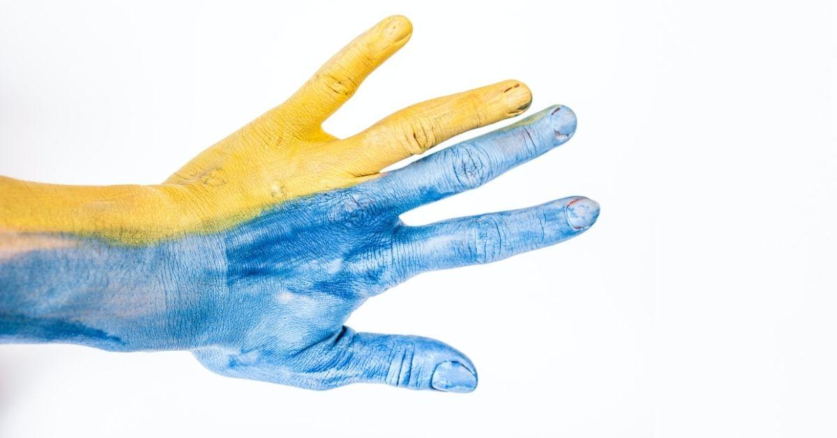 kék és sárga kéz